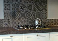 Stoere grijze tegel als achterwand in strakke witte keuken keuken