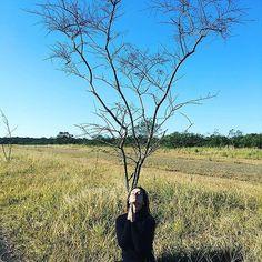 Cleo Pires medita embaixo de árvore