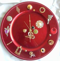 Recycled clock and some red paint.  I  like the idea of using only brooches for this project.  The biggest one should be a twelve o'clock.