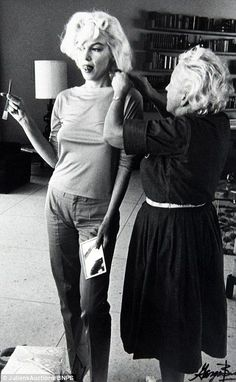 ~ Marilyn Monroe getting her hair fixed by Agnes Flanagan for her photoshoot with George Barris. by George Barris] Marilyn Monroe Wall Art, Fotos Marilyn Monroe, Divas, Brigitte Bardot, Vintage Hollywood, Classic Hollywood, Hollywood Stars, Viejo Hollywood, Norma Jeane