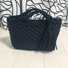 《スクエアトート》 オーダー品 ブラックのTシャツヤーン単色でのお作りです。 シンプルで容量もあるので、使いやすいデザインです。 #couture_de_kaoru #handmade #handcrafted #handmadebag #handcrochet #zpagetti #hoookedzpagetti #ズパゲッティ #トート #トートバッグ #shonan #湘南 #オーダー