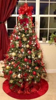 Inspiring Red Green and Gold Christmas Tree Decorations Red And Gold Christmas Tree, Unique Christmas Trees, Large Christmas Baubles, Christmas Tree Themes, Holiday Tree, Xmas Tree, Beautiful Christmas, Christmas Design, Christmas Christmas