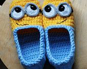 Minion slippers PATTERN available for sizes 35 to 44 EU. That would be 3 and a half to 13 in US sizes. For sale on etsy . but how cook for minion lovers. Crochet Diy, Crochet Slippers, Crochet For Kids, Crochet Crafts, Crochet Projects, Knitting Projects, Crochet House, Booties Crochet, Crochet Tree