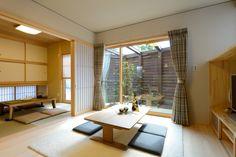 H-K house: 珪藻土  玄関ホール・和室は調湿性・ノンホルムアルデヒト・断熱性・防火性に優れた自然素材「珪藻土」を使いました。カビやダニの発生を防止することで家族の健康を大切に気遣います