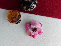 Compoziția florală este confecționată din petale de agat dantelă, petale de cuarț, mărgele de granat. Agate, Perfume Bottles, Stud Earrings, Album, Floral, Jewelry, Bijoux, Jewlery, Studs