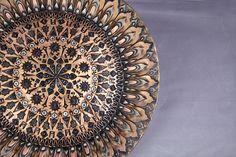 Großes Teller Messingrelief in Gestalt mit feinen Ziselierungen u. Auf. bzw. Einlagen aus Kupfer und Zinn.  31 cm Durchmesser, ca. 3.5 cm Hoch  Mit Aufhängung auf der Rückseite.