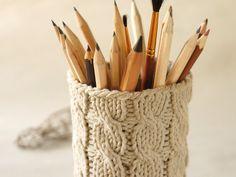 Handgestrickte Hülle für einen Stiftebecher oder irgendeinen anderen Behälter (Tip: eine leere Olivendose!).