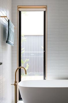 Link House by Paul Tilse Architects establishes a connection between the indoor & outdoor environments through the utilisation of contemporary design. Bathroom Design Layout, Bathroom Design Inspiration, Bathroom Interior Design, Architecture Design, The Ranch, Beautiful Bathrooms, Interior And Exterior, House Design, Strong Relationship