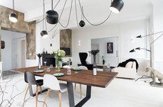 K jídelnímu stolu lze přistavět až deset židlí. Výrazná výmalba na části stěn přináší do prostoru příjemný kontrast.