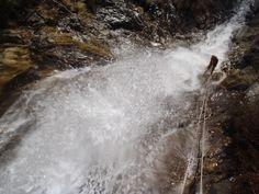 et ça continue !! 2ème journée du séjour Canyoning hivernal.. Aujourd'hui , entrainement aux techniques de progression sur corde sur falaise et après le