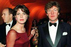 """Prinzessin Caroline und Ernst August von Hannover treffen zum traditionellen """"Bal de la Rose"""" am 28.3.1998 in Monaco ein. Im Hintergrund links steht Carolines Bruder Albert, der nach dem Tod Rainiers mittlerweile Fürst von Monaco ist."""