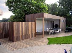 Nova Concepts | Modern Poolhouse met terras uitgevoerd in Padoek. De terrasoverkapping bevat ingebouwde plafondspots. Houtstapelplaats, tuinberging en buitendouche zijn in het ontwerp geïntegreerd.