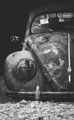 Vintage Cars watch the flowers grow : Foto - Vw Bus, Volkswagen Beetle, Volkswagen Karmann Ghia, Dark Photography, Black And White Photography, Kdf Wagen, Vw Vintage, Abandoned Cars, Vw Beetles