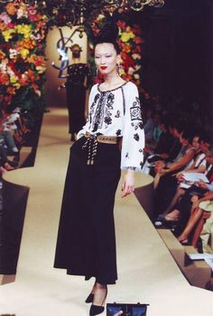 "Yves Saint Laurent - Huate Couture A/W 1981 Collection. The model is wearing the traditional Romanian ""ia"", considered to be one of the most inconic pieces of YSL. Yves Saint Laurent was inspired by Matisse's painting, ""La Blouse Roumaine"" Christian Dior, Sonia Delaunay, Yves Saint Laurent, Bcbg, Folk Costume, Peasant Blouse, Fashion Show, Fashion Design, Fashion 2017"