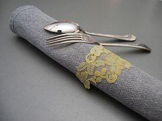 DIY- Tärkätyt pitsilautasliinarenkaat - Humua -kaikkien juhlien ideapankki Tie Clip, Table Settings, Diy, Accessories, Bricolage, Place Settings, Do It Yourself, Homemade, Tie Pin