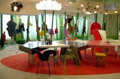 HUBERTUS WALD KINDERREICH, http://www.mkg-hamburg.de/ Hier finden Kinder und Familien spannende Angebote und viele Themen rund um die Sammlungen im MKG zum Spielen, Staunen und Entdecken. Eine Fantasiewelt, ein Garten der Dinge, in der Kinder mit ausgewählten Exponaten und in speziell angefertigten Szenarien die vielen Spielarten der Gestaltung begreifen können.