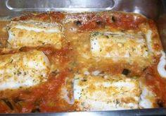 Merluza al horno / 4 lomos de merluza de 200 g por unidad - 4 patatas medianas - 4 tomates - 1 cebolla grande - 2 dientes de ajo - 2 hojas de laurel - 250 ml vino blanco - 1 rama de perejil picado - aceite de oliva - pimienta negra molida - sal Veg Recipes, Seafood Recipes, Cooking Recipes, Healthy Recipes, Helathy Food, Le Chef, Mediterranean Recipes, Fish And Seafood, I Foods