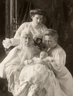 carolathhabsburg:  A well known image of four generations of royals, Grand Duchess Alexandra Iosifovna, with daughter, Queen Olga of the Hellenes, Great Granddaughter Maria Pavlovna, the younger and great great grandson, Prince Lennart of Sweden. What i didnt noticed before, due the size of the image, was this sweet detail…  Maria holding a portrait of her late mother, Grand Duchess Alexandra Georgievna of Russia <3
