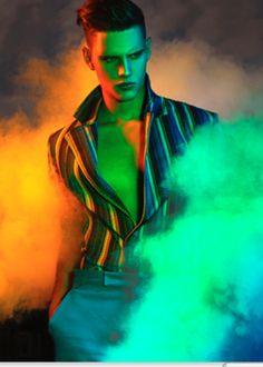 Epätasaiset värivalot ja savu.
