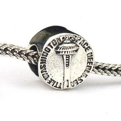 This Landmark Bead depicts the Seattle Space Needle and has the same image on both sides. Sterling Silver and compatible with all European Charm Bracelets.
