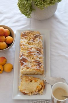 Aprikosen-Mascarpone Zopf mit Streuseln Apricot mascarpone braid with sprinkles. How about a delicious Apricot Braid with Sprinkles? The special thing about it is inside with a delicious apricot-mascarpone filling. Mug Recipes, Polish Recipes, Dessert Recipes, French Desserts, French Food, Filipino Recipes, Greek Recipes, French Recipes, Dessert In A Mug