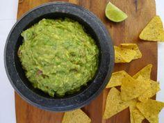 Als je ergens goedkope avocado's tegenkomt, maak dan guacamole! Het is heel gezond en altijd lekker. | http://degezondekok.nl