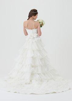 KKアーヤ  BRAND LAVIEEN ROSE WAIKIKI STOCK  幾重にも重なるフリルトレーンが潮風にゆれて、華やかで印象的なバックスタイルを演出します。 ハワイ店に同じドレスがあるので、ハワイ挙式の際はドレスを持っていく必要がありません。