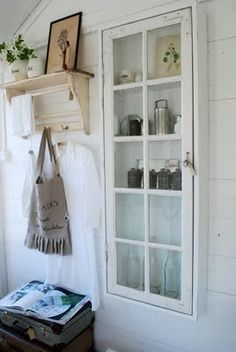 alte-fenster-dekoration-schrank-schmall-vintage-wandverkleidung-holz-weiss-regal old-window-decoration-cabinet-schmall-vintage-wall tiling-wood-white-shelf Repurposed Furniture, Diy Furniture, Repurposed Shutters, Furniture Design, Industrial Furniture, Furniture Vintage, Salvaged Doors, Industrial Lamps, Industrial Chic