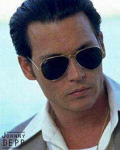 Nothing beats a classic pair of Ray Ban aviator glasses. Johnny Depp as Donnie Brasco Donnie Brasco, Marlon Brando, Brad Pitt, Matthew Mcconaughey, Ray Ban Shooter, Beautiful Men, Beautiful People, Hello Gorgeous, Actresses