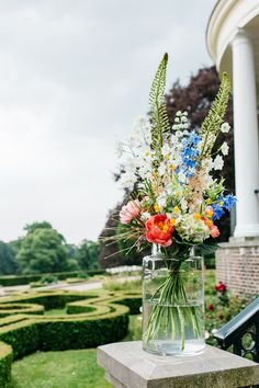 Location decoration Wedding Summers filled vase with field bouquet. Summer Wedding Decorations, Summer Wedding Colors, Summer Flowers, Flower Decorations, Wedding Centerpieces, Wedding Bouquets, Wedding Flowers, Summer Colors, Card Box Wedding