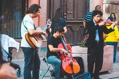 """Cada fin de semana el """"Ensamble Obsidiana""""  en la Calle de madero justo enfrente del hotel """"La Casa de la Marquesa""""dan pequeñas presentaciones musicales interpretando diferentes temas desde clásicos hasta arreglos de Daft Punk y Iron Maiden en guitarra, chelo y violín"""