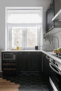 Egy szuper 56m2-es legénylakás - sötétszürke konyha, kontrasztos elemek, meleg fa és tégla felületek