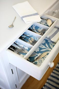 Best Practices for Wallpaper in the Kitchen: Wallpaper the Inside of Your Kitchen Drawers Wallpaper Drawers, Kitchen Wallpaper, Diy Wallpaper, Wallpaper Samples, Wallpaper Cabinets, Wallpaper 2016, Temporary Wallpaper, Wallpaper Patterns, Textured Wallpaper