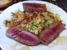 Tonyina a la planxa amb saltejat de verduretes i arròs, salsa de soja