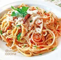 Esta receta de espaguetis arrabbiata es un clásico de la cocina italiana, una salsa de tomate con un toque picante. El plato es alegre, sencillo y festivo.