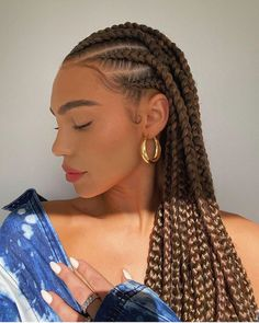 How to style the box braids? Tucked in a low or high ponytail, in a tight or blurry bun, or in a semi-tail, the box braids can be styled in many different ways. Natural Hair Braids, Braids For Black Hair, Natural Protective Hairstyles, Natural Braided Hairstyles, Black Girl Braids, Twist On Natural Hair, White Girl Cornrows, Natural Protective Styles, Protective Style Braids