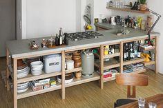 Industriële look van een keuken - 6 ingredienten, veel inspiratie, tips en advies - Het hoeft natuurlijk allemaal geen strak design in een hele grote keuken te zijn. Hier een betonnen keukenblad op een houten, open, onderstel. - More industrial look kitchen interior design inspiration on www.stylingblog.nl