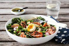 PASTASALAT MED VARMRØKT LAKS & SITRONVINAIGRETTE Fish Recipes, Cobb Salad, Avocado, Salads, Lunch, Swimming, Swim, Lawyer, Eat Lunch
