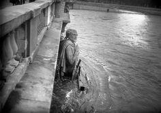 Paris 1944, Zouave du Pont de l'Alma.  Le niveau mesuré à l'aune du Zouave Outre l'échelle limnimétrique du pont d'Austerlitz, un autre repère sert, traditionnellement, à mesurer la hauteur de la Seine: le Zouave du pont de l'Alma. Cette statue de Georges Diebolt est la seule qui reste, d'un ensemble de quatre représentant les troupes qui ont servie pendant la guerre de Crimée. On dit dans la culture populaire que lorsque le Zouave a les pieds dans l'eau, la Seine est en crue. En 1910…
