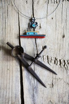 collar barco de plata oxidada madera reciclada y turquesa