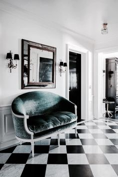 An velvet settee greets visitors in the foyer of this Upper East Side home, designed by Jennifer Vaughn Miller. Modern Entryway, Entryway Decor, Modern Wall, Modern Entrance, Entrance Foyer, Entryway Ideas, Modern Sofa, Design Entrée, House Design
