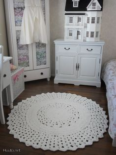 Use a small doily for a dolls house rug Crochet Mat, Crochet Carpet, Diy Crochet And Knitting, Crochet Home, Crochet Crafts, Crochet Doilies, Crochet Stitches, Crochet Projects, Crochet Designs