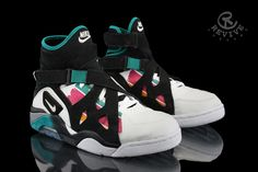 """Revive Customs' pays tribute to the 71 point game David Robinson scored against the LA Clippers in with the Nike Air Unlimited """"Spurs"""" Custom. Featuring the San Antonio's retro colors sitting atop a gradient midsole with the Spurs logo on the heels. Spurs Logo, Spurs Fans, Best Basketball Shoes, Nike Basketball, Vans Sneakers, Nike Shoes, Shoe Story, Jordan Retro, Jordan 14"""