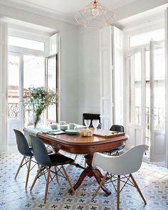 """Mornings like these  #inspiration #goodvibes #bigwindows #kamienica #klimat #śniadanie #interior #diningspace #woodentable #interiordesign #woodenstory"""