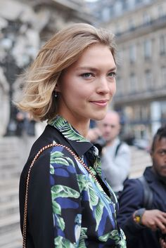 American model Arizona Muse exiting Stella McCartney show during Paris Fashion Week. Arizona is wearing an asymmetric parrot printed top and skirt from Stella McCartney's 2018 Resort collection. I love how light this silk skirt falls, and the . Street Style Blog, Street Style Looks, Fashion Photo, Girl Fashion, Paris Street, Paris Paris, Arizona Muse, Fall Skirts, Silk Skirt