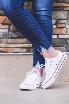 0791d8b434a980 I love discovering how to wear white converse. This is a super classic  outfit and