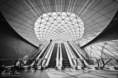 Mann auf einer Rolltreppe in der modernen Station Triangeln in Malmö, Schweden.