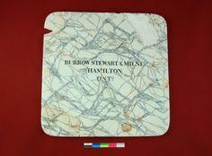 Ce plateau de balance est fabriqué entre 1872 et 1910 par la firme Burrow, Stewart & Mile Co. à Hamilton en Ontario. Fait de céramique, il est de forme carrée aux coins arrondis et agrémenté d'un décor imprimé imitant les nervures du marbre. Il a été découvert sur le site de la maison Jean-Renaud. Photo : Catherine Caron 2011 © Ministère de la Culture et des Communications Hamilton, Balance, Ontario, Pot Holders, Coins, Marble, Tray, Fit, Home