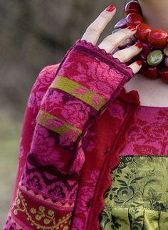 Rønnaug: Utrolig vakre farger og mønsterkomposisjon.    Oleana fingerless mitts ~ designer knits from Norway ~ shocking pink, red & olive color palette.  Very smart of Norway to adapt the Norwegian sweater idea.