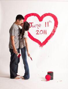 Inspiration Save the date : Couple ayant peint sur un fond blanc un coeur et la date en rouge #tpmm